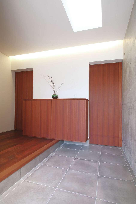神谷綜合建設 カミヤの家【デザイン住宅、収納力、二世帯住宅】玄関ホールは一見シンプルでスタイリッシュな空間だが、扉を開くと手洗いや大容量の収納があって機能的。「小さな子どもがいても安心!」と奥さまも大満足