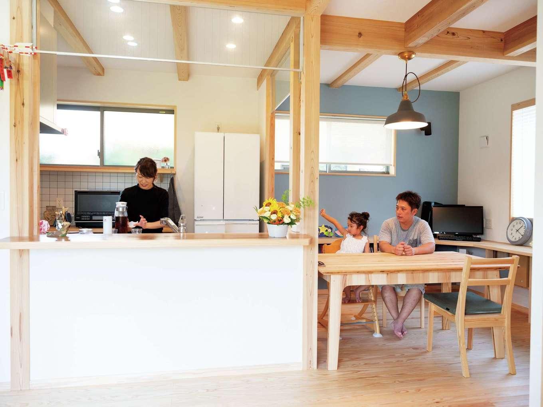 カフェのようなインテリアにという奥さまの希望を叶えたダイニングキッチン。遮るものがない横並びの空間で、家族での会話もはずむ