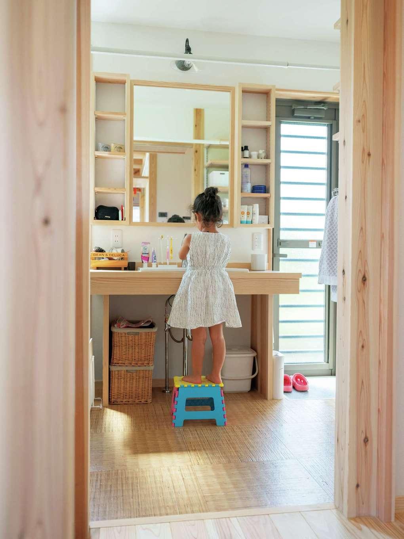 木製の洗面台もオリジナル。洗面脱衣場のドアから、そのまま外の物干しへ