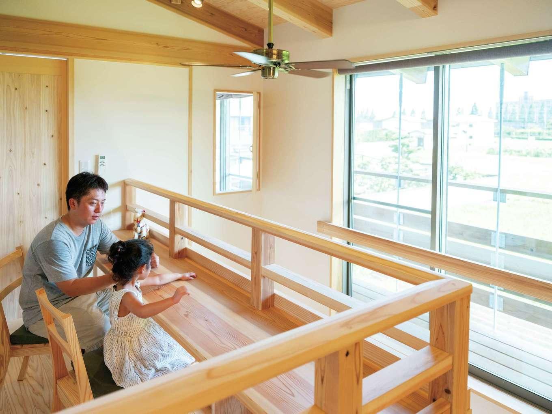 多目的に使える2階ホールのカウンターは窓からの眺めも抜群