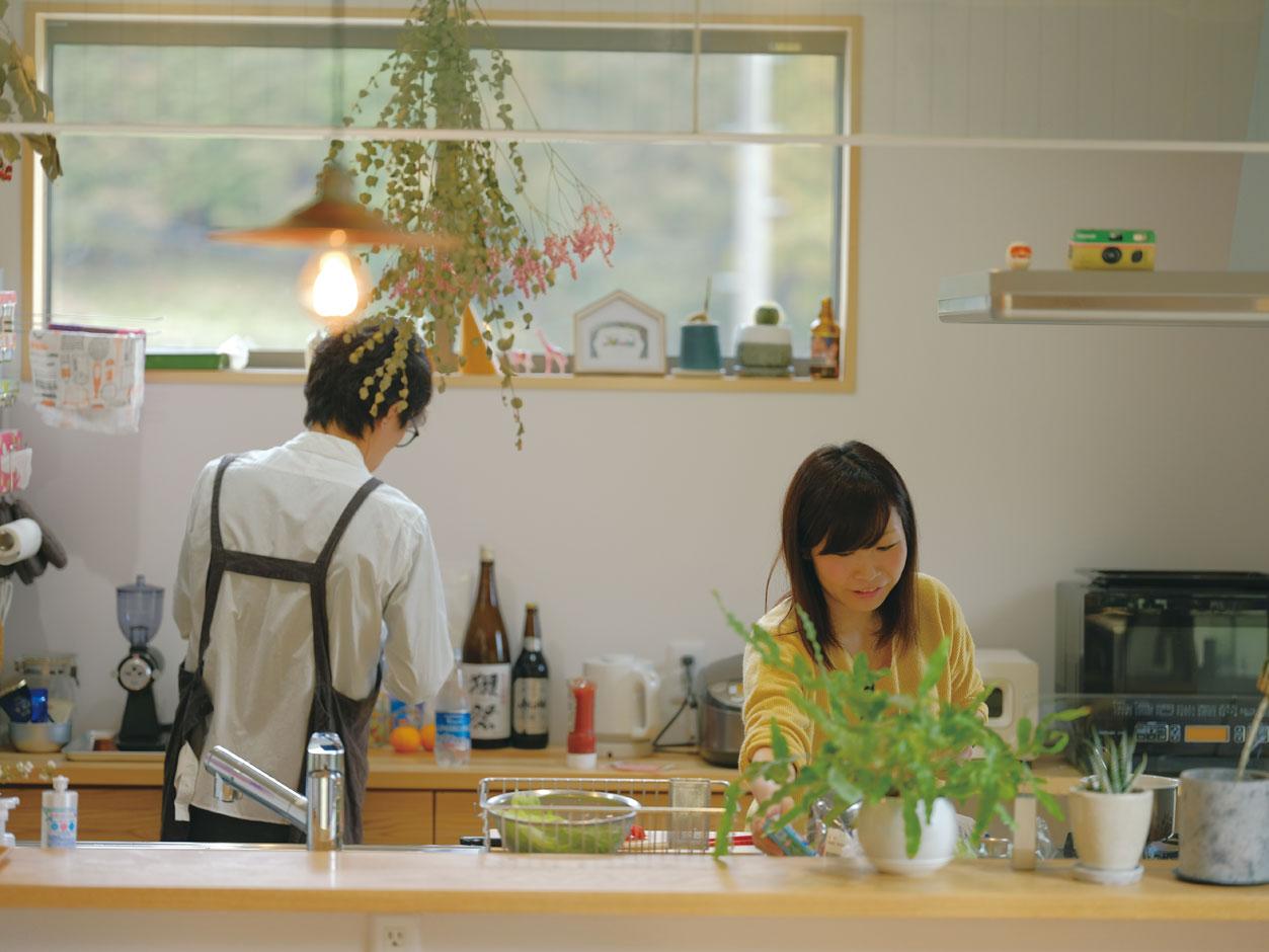 アクトホーム(木の住まいづくり研究所)【子育て、二世帯住宅、自然素材】夫婦一緒に作業しやすい、ゆったり空間のキッチン