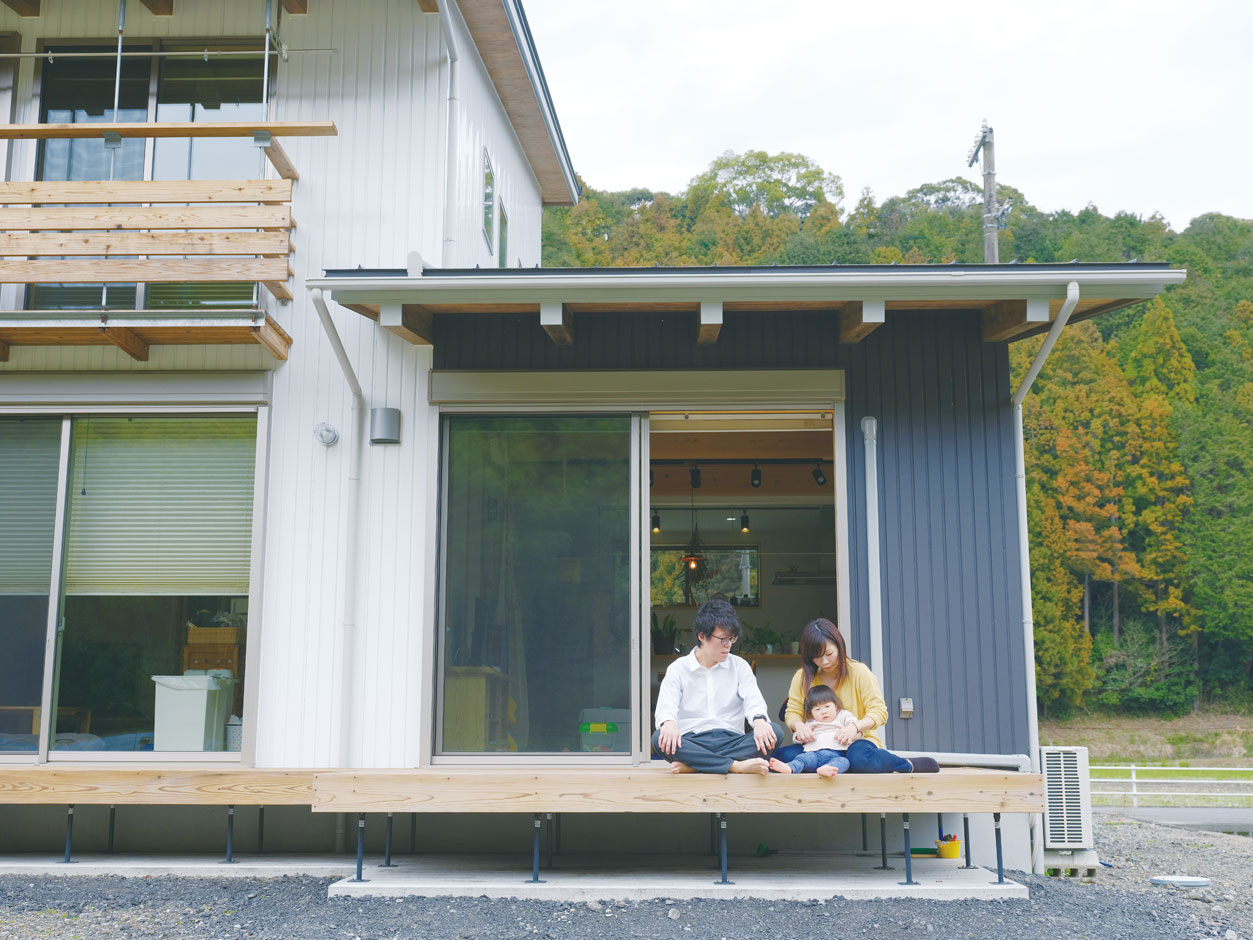 アクトホーム(木の住まいづくり研究所)【子育て、二世帯住宅、自然素材】南側全面に渡されたウッドデッキは家の内と外、親世帯と子世帯をやわらかくつなぐ