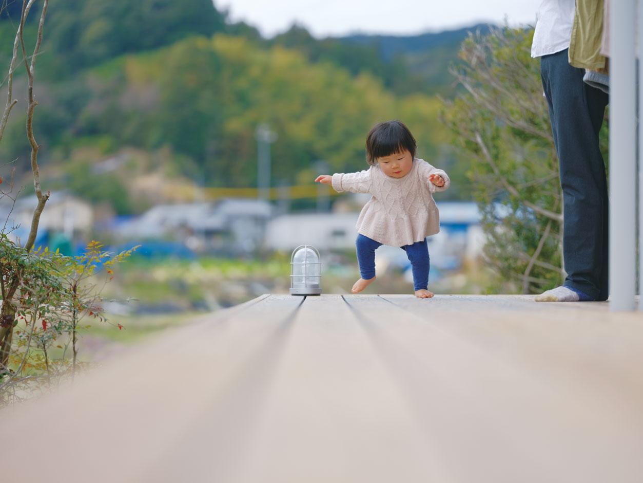 アクトホーム(木の住まいづくり研究所)【子育て、二世帯住宅、自然素材】素足でも安心して走り回れる無垢のウッドデッキ