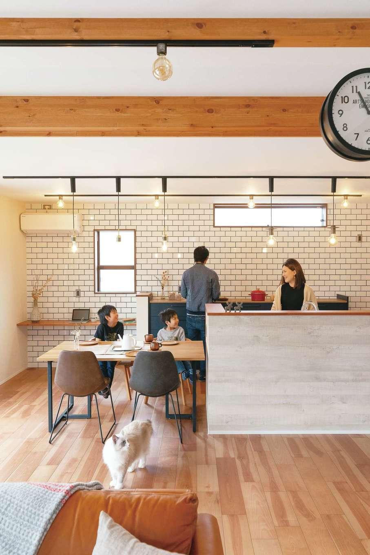 桜建築デザイン【省エネ、間取り、ペット】SW工法により広々とした空間を叶えたLDK。室内は奥さまの好みでブルックリンスタイルにコーディネート。サブウェイタイルやステーションクロック、梁に付けた丸電球など、こだわりのインテリアが室内をいっそうオシャレに彩っている