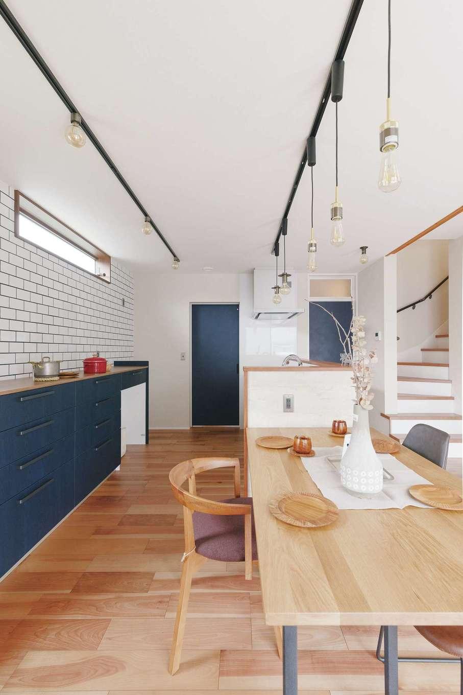 桜建築デザイン【省エネ、間取り、ペット】家族一緒に料理を作れるように、ワークスペースを広くとったキッチン。奥のドアの先にはランドリーがあり、LDK、ランドリー、玄関をぐるっと回遊できる動線を確保