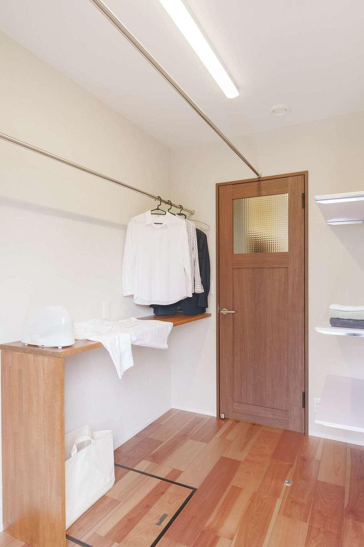 桜建築デザイン【省エネ、間取り、ペット】ランドリーには洗濯物をたたんでアイロンがけをするカウンターを設置。勝手口もそばにあるので、室内干しもすぐできる