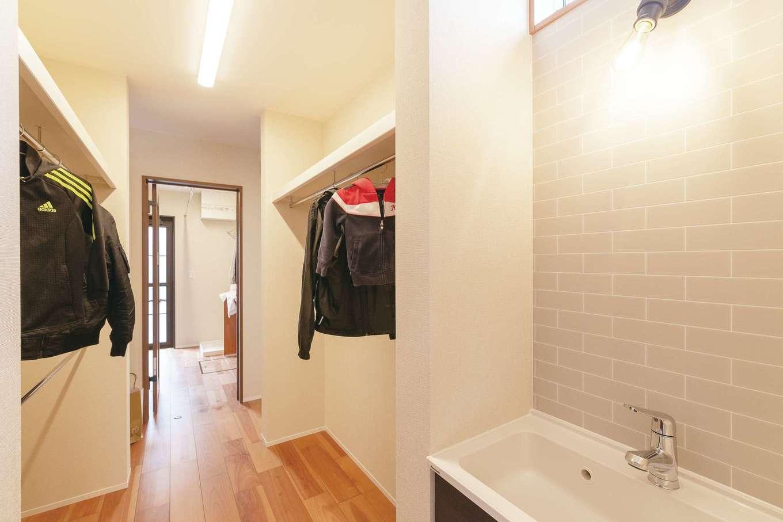 桜建築デザイン【省エネ、間取り、ペット】玄関の先に洗面、クローゼット、ランドリーを一列に配置して家事動線を短縮
