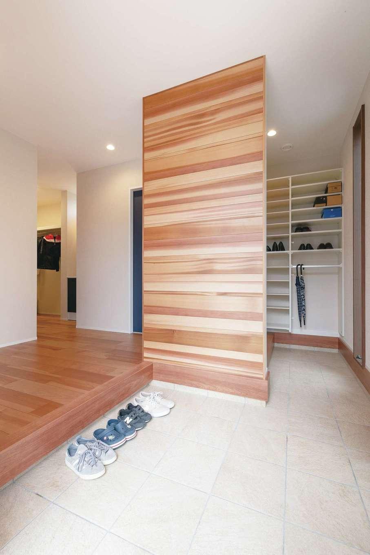 桜建築デザイン【省エネ、間取り、ペット】消臭効果もあるスギの仕切り壁でシューズクロークを目隠した玄関