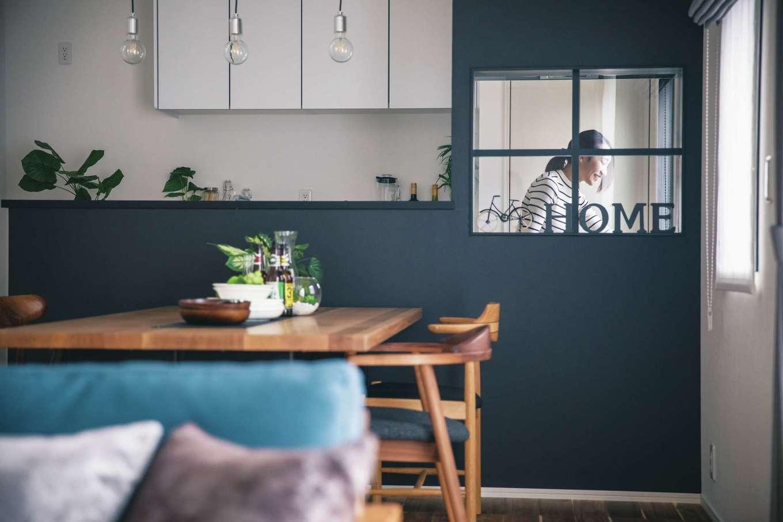 ワンズホーム【デザイン住宅、自然素材、インテリア】対面式キッチンの最大のポイントが、IHコンロの前に造作した格子窓。カフェの店内を思わせる仕上がりで、毎日の暮らしが楽しくなりそうだ。奥さまは料理中や家事の途中でも、リビングで遊ぶ子どもの様子がよくわかる