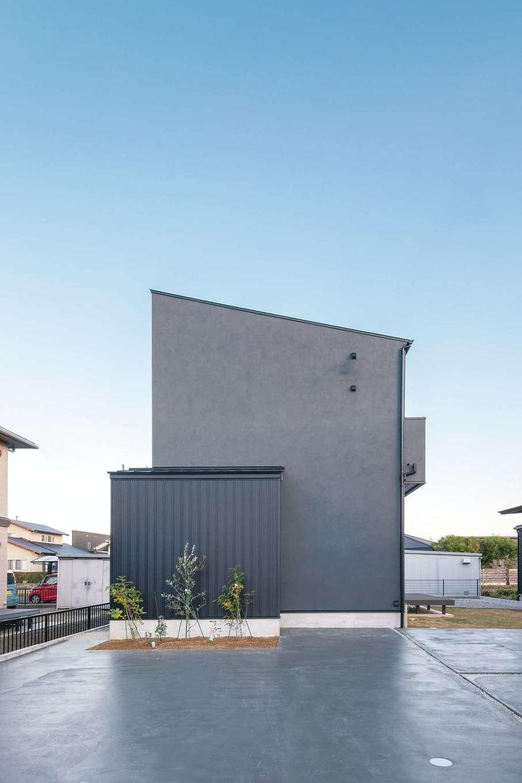 ワンズホーム【デザイン住宅、自然素材、インテリア】黒の塗り壁と、同じく黒のガルバリウム鋼板を組み合わせた男前な外観。シンプルな片流れのフォルムが引き立つ