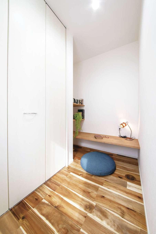 ワンズホーム【デザイン住宅、自然素材、インテリア】リビングの書斎には、子どもの勉強机を兼ねたカウンター付き。収納も大容量!