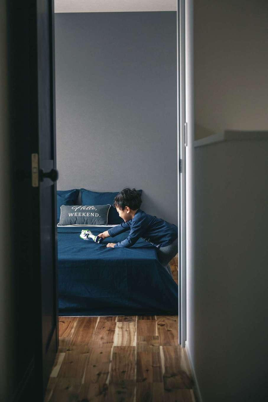 ワンズホーム【デザイン住宅、自然素材、インテリア】2階には寝室のほか、2つの子ども室、本好きのご主人が熱望した3畳の書斎もある