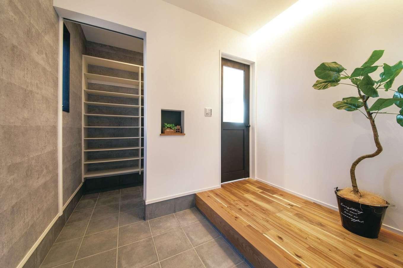 ワンズホーム【デザイン住宅、自然素材、インテリア】コンクリート調に仕上げた玄関ホールは、間接照明の明かりが広がりを演出。土間収納もたっぷりで使い勝手は抜群だ