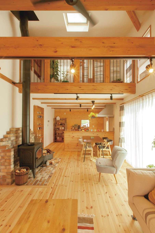 BinO菊川 MKホーム 【菊川市加茂3520・モデルハウス】吹き抜けのある開放的なLDK。天窓から入る自然光が家中を照らす