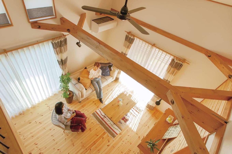 BinO菊川 MKホーム 【菊川市加茂3520・モデルハウス】大きな梁さえインテリアの一部。家具、カーテンも揃っており、イメージしやすい
