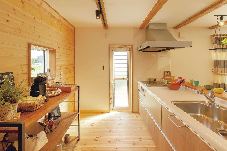 BinO菊川 MKホーム 【菊川市加茂3520・モデルハウス】キッチン背面は無垢の板壁がログハウスを思わせる。グリーンや雑貨のディスプレイが似合う