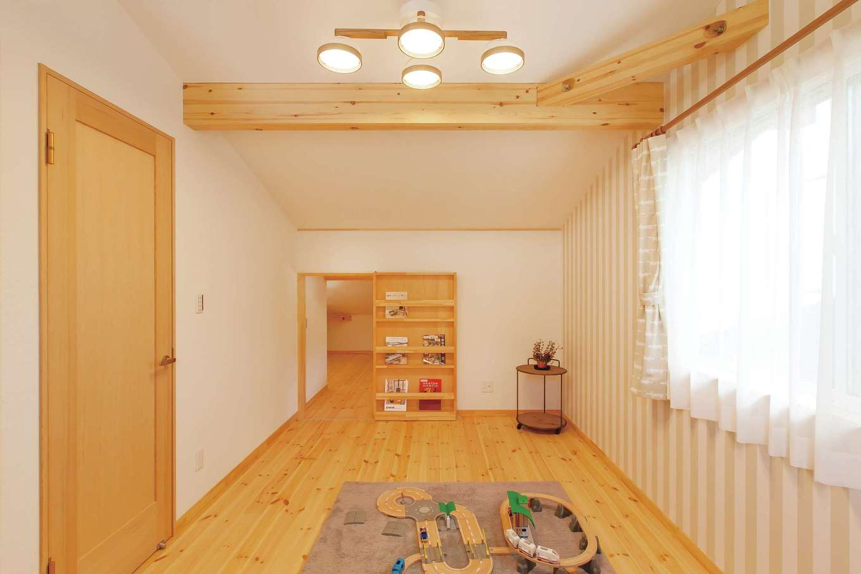 BinO菊川 MKホーム 【菊川市加茂3520・モデルハウス】2階にある居室の片方には、書棚の裏に隠し扉が…
