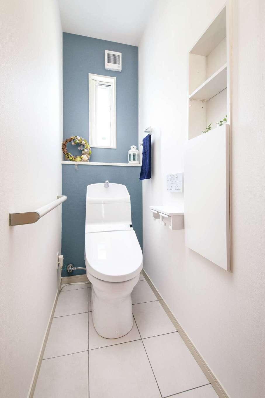 ユニバーサルホーム 浜松西店【子育て、省エネ、間取り】トイレは白とペールブルーの組み合わせでさわやかにコーディネート