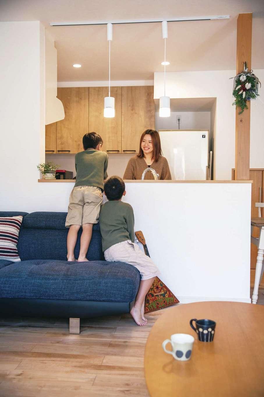 ユニバーサルホーム 浜松西店【子育て、省エネ、間取り】リビングに面したキッチン。「今日のご飯はなぁに」とお子さまが顔をのぞかせる