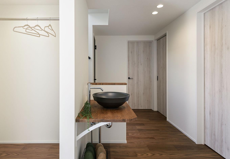 玄関には、コートを掛けるハンガーラックと、帰宅してすぐに手を洗う習慣が身につく洗面を設置