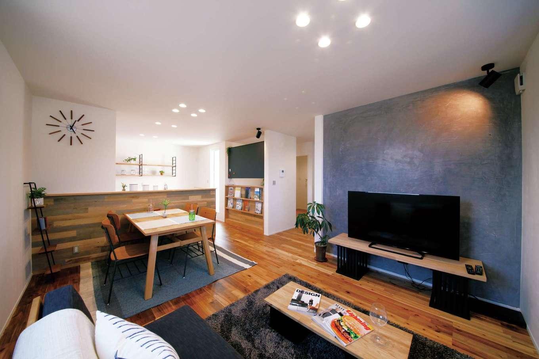 濃いブラウンの床とシックなブルーの塗り壁の組み合わせで、くつろぎを演出したLDKの一例。カフェや雑誌を参考にした造作を添えれば、キッチンに立つママの気分も軽くなる