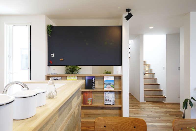2階LDKへは屋上からの光がスケルトン階段を通して導かれ、吹き抜けがあるような明るさと開放感に包まれる。同時に家族の声を行き来させる役割を持ち、自然なつながりを育むことに貢献。間取りの工夫で豊さを増している