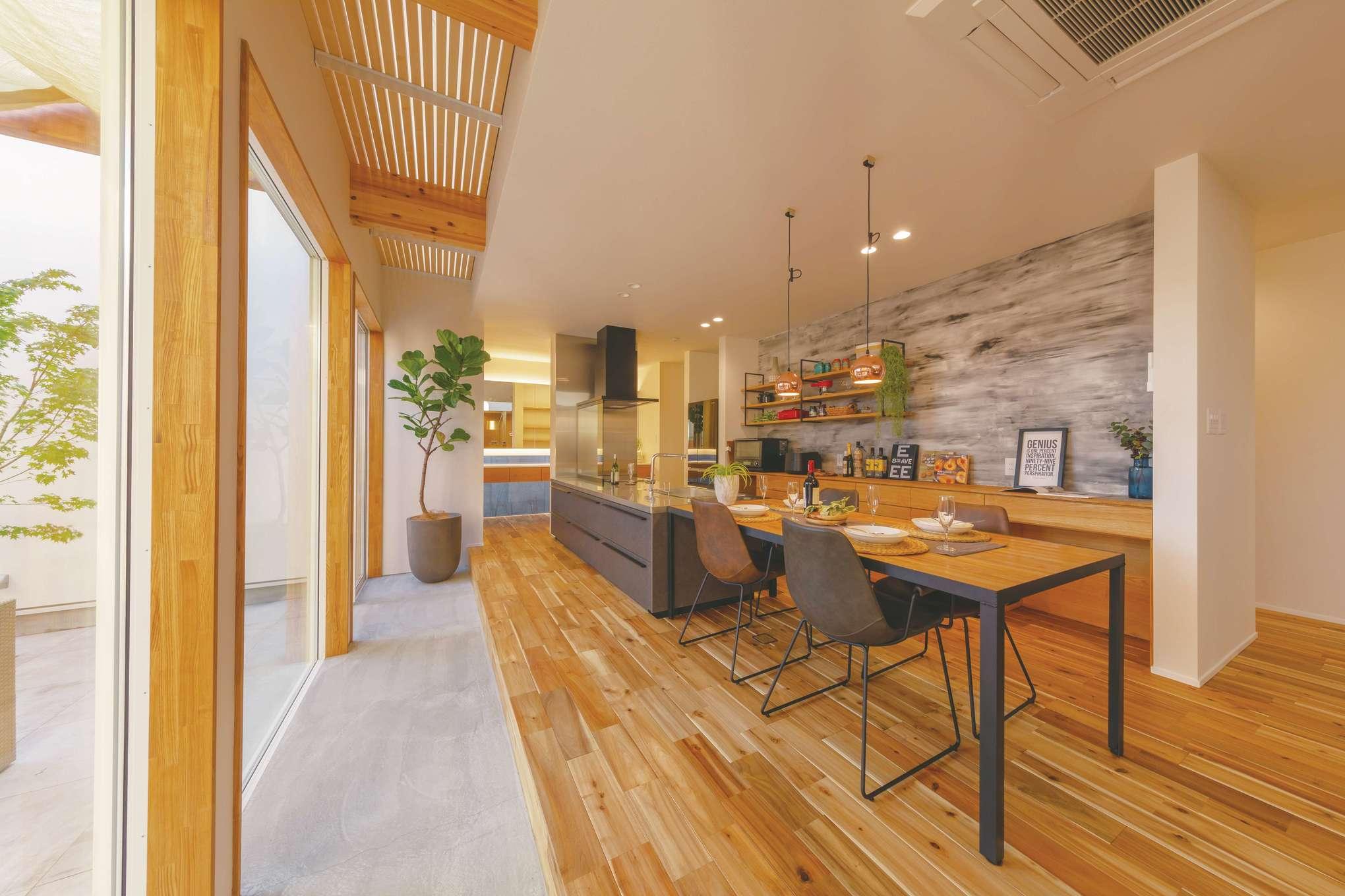 玄関を入るとフロート状のLDKと奥に延びる土間が。大きな窓から自然光が入る明るい空間。キッチンからは室内もテラスも見渡せ、子どもの様子も見守れる
