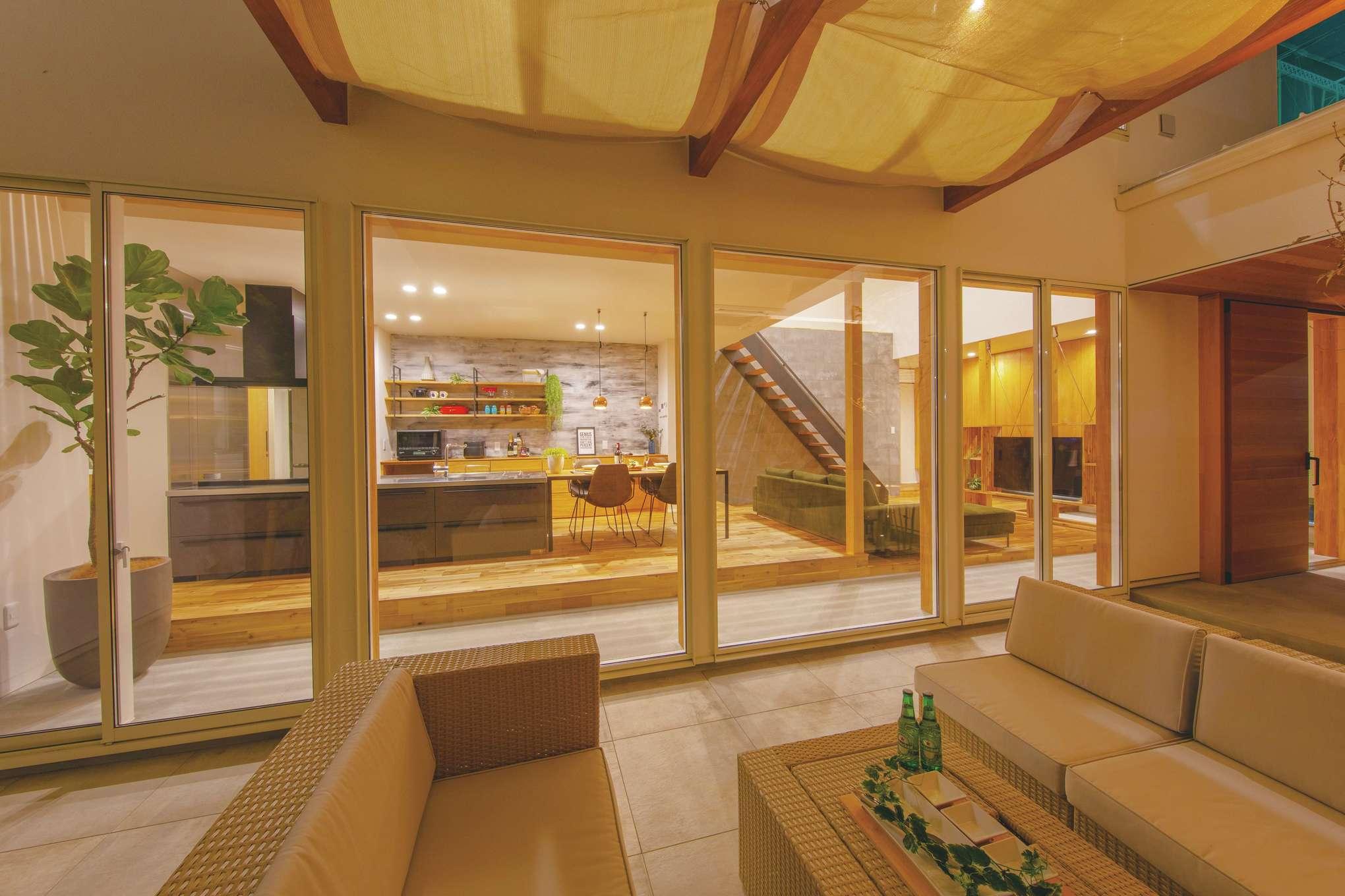 住家 ~JYU-KA~【デザイン住宅、間取り、建築家】テラスからリビングを眺めると、外と中の一体感をさらに実感