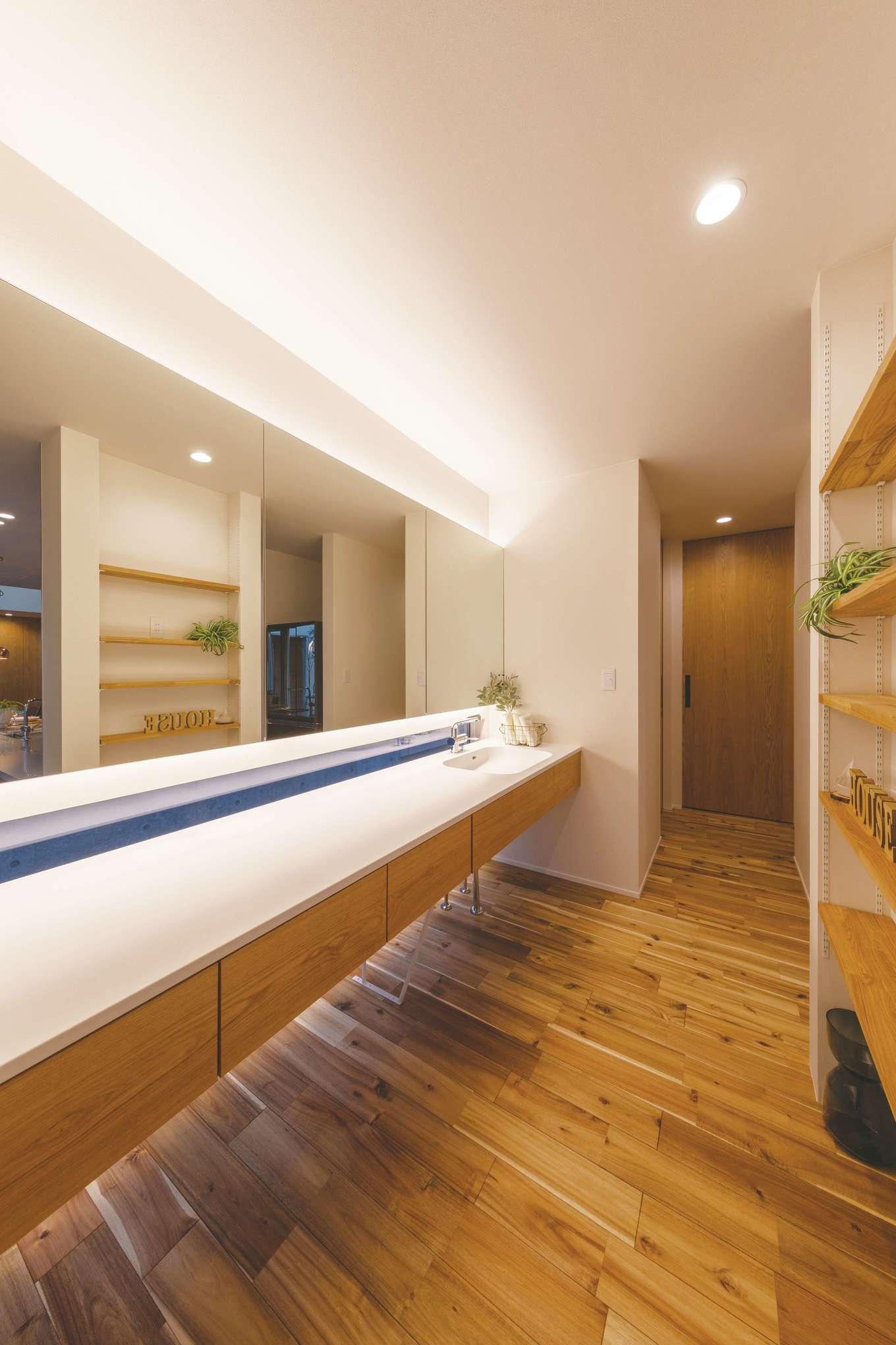 住家 ~JYU-KA~【デザイン住宅、間取り、建築家】洗面所は水回りと寝室の動線上のオープンスペースに。天井と床に仕込んだ間接照明がアクセント