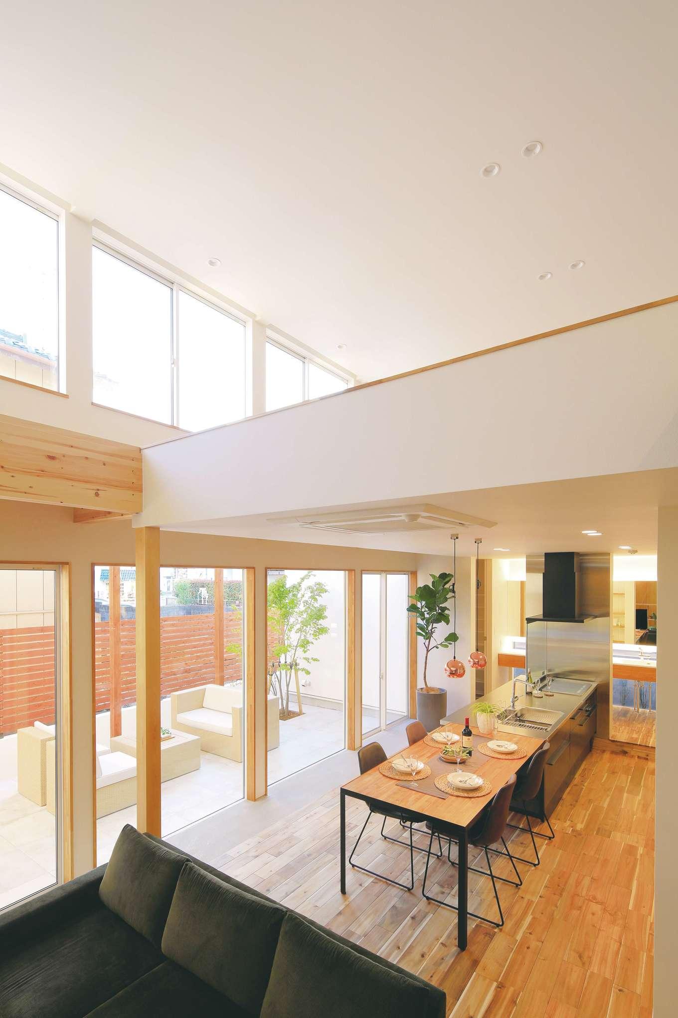 住家 ~JYU-KA~【デザイン住宅、間取り、建築家】天井まで届く壁一面のガラス張りは、想像以上の開放感