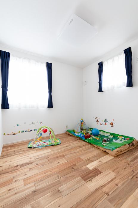 住家 ~JYU-KA~【デザイン住宅、屋上バルコニー、建築家】子ども部屋は2つの窓から明るい光が差し込む