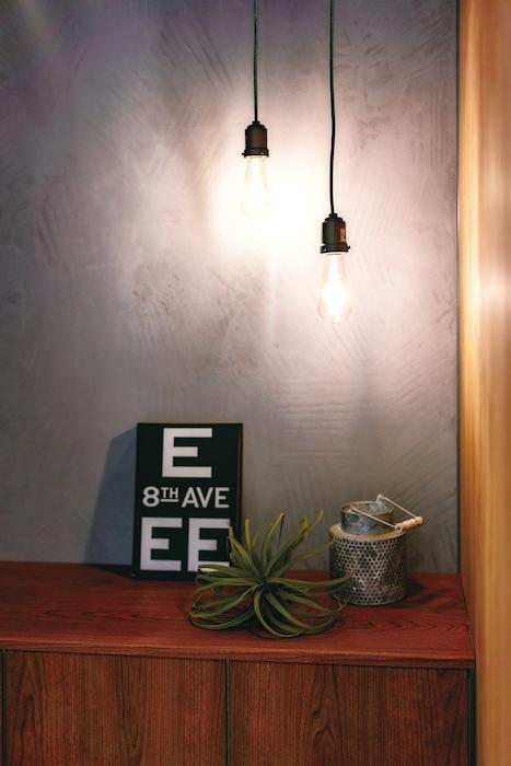 住家 ~JYU-KA~【デザイン住宅、間取り、建築家】玄関はペンダントライトに浮かぶ塗り壁の表情が印象的