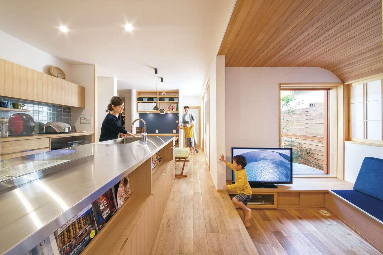 ぴたはうす 安食建設【自然素材、省エネ、間取り】オリジナル造作のキッチンを家の中央に配置し、家族のコミュニケーションを取りやすく