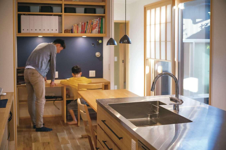 ぴたはうす 安食建設【自然素材、省エネ、間取り】キッチンから見守れるスタディコーナー。マグネット機能付きの黒板も便利