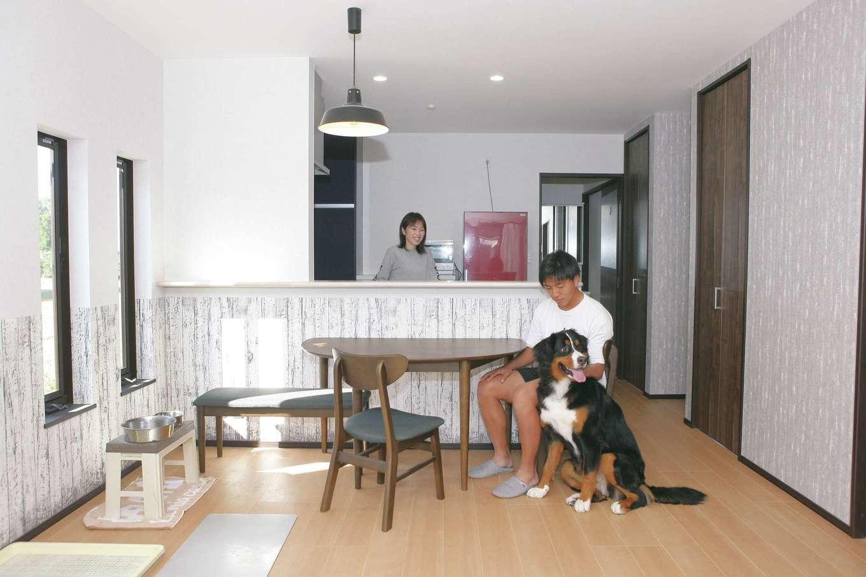 絆家  (きずなや)【デザイン住宅、間取り、ペット】滑りにくい床は、ペットのケガを未然に防ぐため。水分を吸収しにくく、汚れも簡単に拭き取れる。腰壁クロスは傷つきにくく、汚れが目立たないデザインにしている
