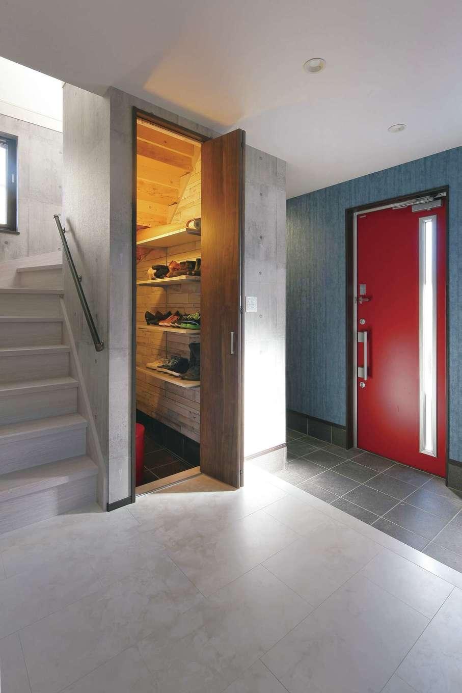 絆家  (きずなや)【デザイン住宅、間取り、ペット】収納力たっぷりの玄関はコンクリート調のクロスでスタイリッシュに