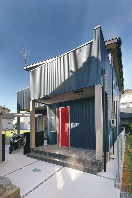 絆家  (きずなや)【デザイン住宅、間取り、ペット】外観はネイビーのガルバリウムに、赤色のドアがアクセント