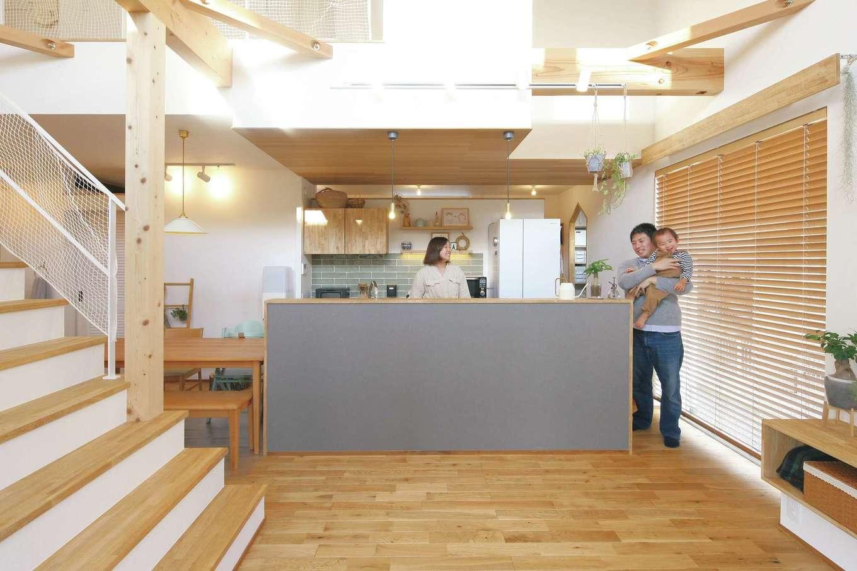 共感住宅 ray-out (レイアウト)【デザイン住宅、子育て、省エネ】家事効率を高めるアイランドキッチン。一部を下がり天井にしてレッドシダーを貼った
