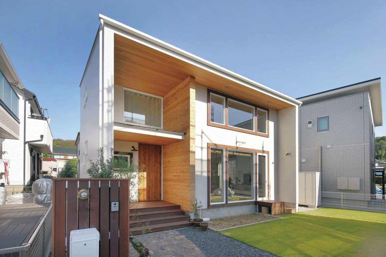 共感住宅 ray-out (レイアウト)【デザイン住宅、子育て、省エネ】BOX型の外観デザイン。深い庇と袖壁が外壁の劣化を軽減