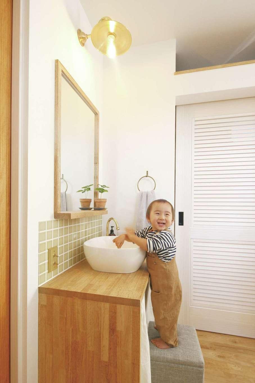 共感住宅 ray-out (レイアウト)【デザイン住宅、子育て、省エネ】玄関からリビングに入ってすぐの場所に設けたゲスト用の手洗いコーナー。2歳の長男も自分で手を洗うことを覚え始め、ママに褒められてこの笑顔♪