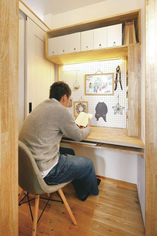 共感住宅 ray-out (レイアウト)【デザイン住宅、子育て、省エネ】夫妻の書斎兼趣味コーナー。ミシン台としても使えるよう、カウンターに布を落とすための隙間を設けた
