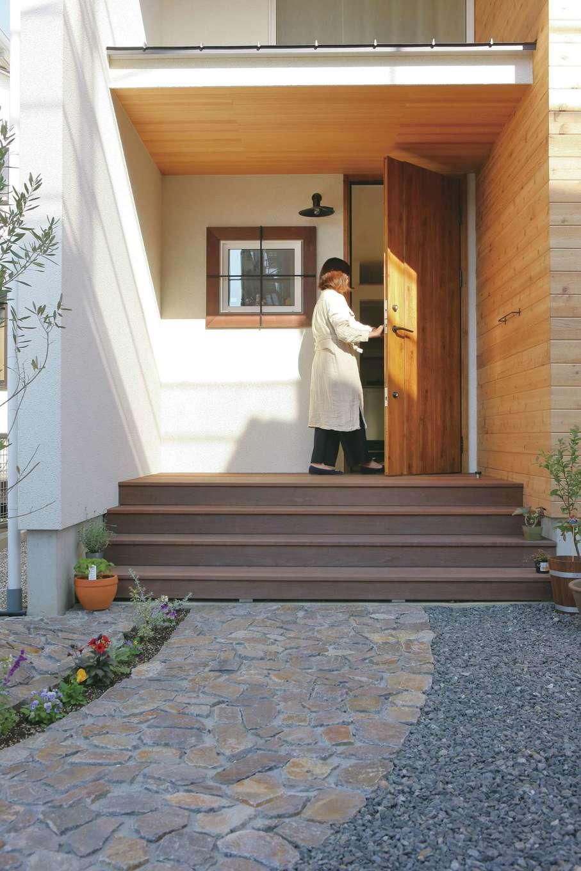 共感住宅 ray-out (レイアウト)【デザイン住宅、子育て、省エネ】石畳の小径がかわいいアプローチ