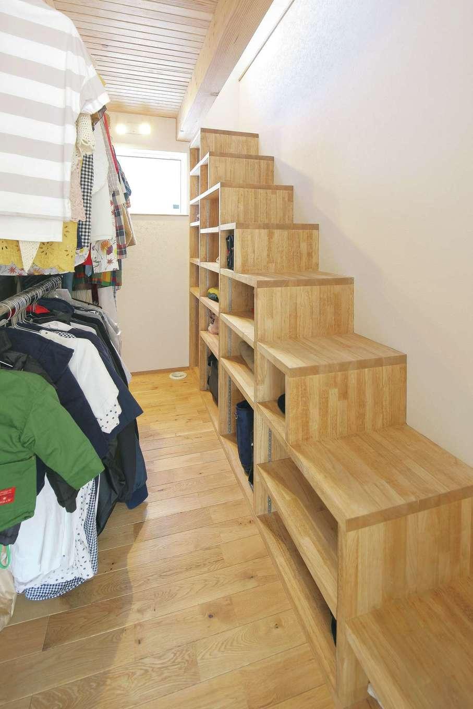 共感住宅 ray-out (レイアウト)【デザイン住宅、子育て、省エネ】クローゼットの上のロフトは本を収納するための壁面本棚を造作。移動はハシゴではなく階段型の収納BOXを採用し昇降時の身体への負担も少ない