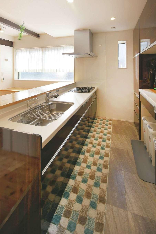 内田建設|フロア全体を見渡せる対面式のキッチン