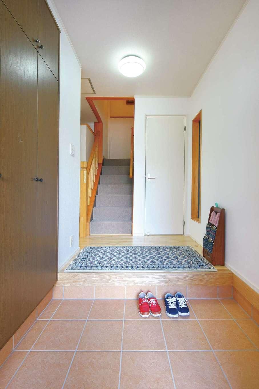 内田建設|明るめのタイルに張り替えて、ゲストを気持ちよく迎える玄関ホール