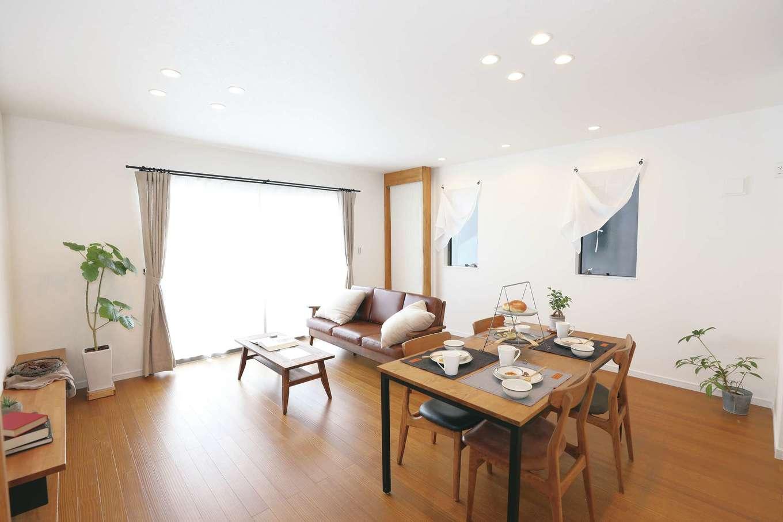 誠一建設 【デザイン住宅、省エネ、間取り】明るくモダンなLDK。壁側にある木枠のパネルが「クール暖」