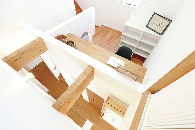 誠一建設 【デザイン住宅、省エネ、間取り】スキップフロアには2方向に階段が設けてあり、ホール、寝室、ご主人の書斎を回遊できる