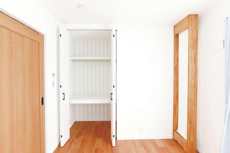 誠一建設 【デザイン住宅、省エネ、間取り】「クール暖」は、写真の木枠パネル内を、夏は冷水、冬は温水が循環し、そこから生じる「ふく射熱」によって室温を調整するシステム。