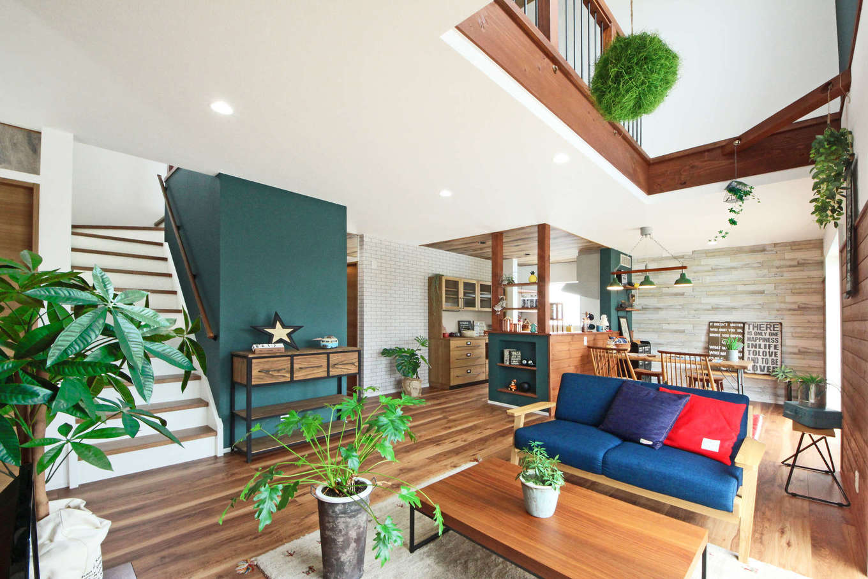 illi-to design 鳥居建設21【デザイン住宅、省エネ、インテリア】通常は外に設置するエコキュート(電気温水器)を階段横のグリーンの壁の裏に。室内が暖かくなると同時に機械の劣化も防ぐ