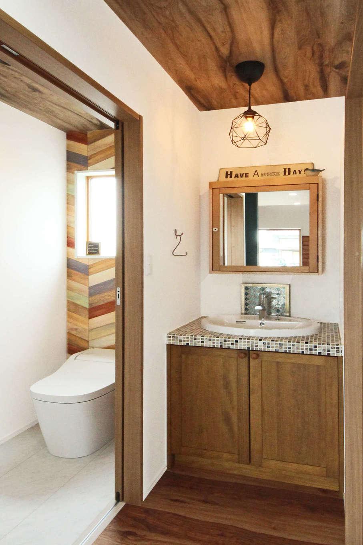 illi-to design 鳥居建設21【デザイン住宅、省エネ、インテリア】洗面と脱衣室を分けたことで、誰かが入浴中でも歯を磨けて便利。隣接するトイレは、カラフルなヘリンボーンのクロスを貼ってニュアンスを出した